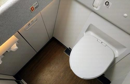 EVA_business-class-lavatory.jpg