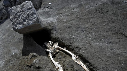 Pompeii_crushed_die.jpg